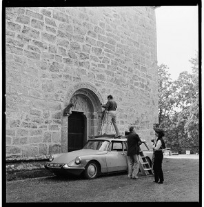 The Scandinavian Institute of Comparative Vandalism at work. Taken by Franceschi on Gotland in 1964, the photo shows Jacqueline de Jong, Asger Jorn, Ulrik Ross (on the roof of the Citroën) and an uidentified fourth man.